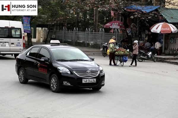 Hộp đèn trên nóc xe taxi được bật sáng khi nào?