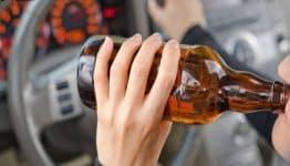 Có phải dù uống ít hay nhiều rượu đều không được lái xe hay không?