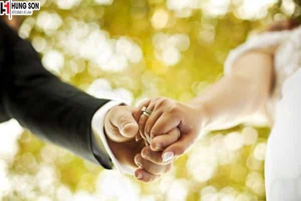 Theo luật Việt Nam con nuôi và con đẻ có được kết hôn?