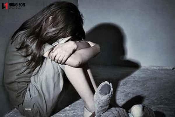 Khung hình phạt cho những chàng trai quan hệ với người yêu chưa đủ 18 tuổi