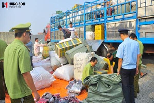 Tội buôn lậu và vận chuyển trái phép hàng hóa qua biên giới có gì khác nhau?