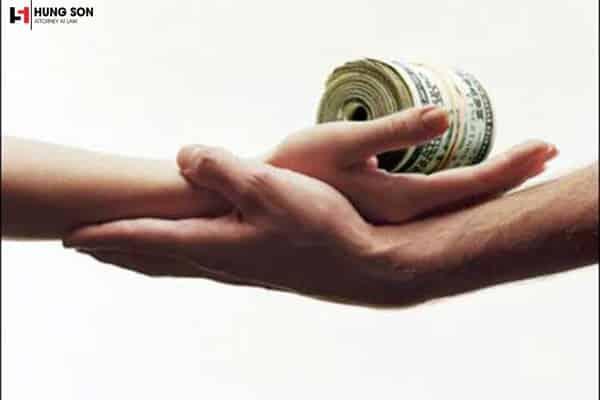 Khi chồng vay tiền cờ bạc vợ có phải trả không?