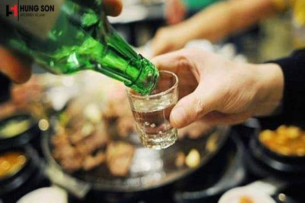 hành vi lôi kéo người khác uống rượu bia
