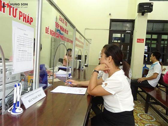 Người dân thực hiện thủ tục làm lý lịch tư pháp tại Sở Tư Pháp