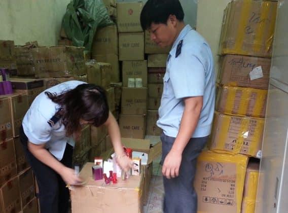 Hải quan tiến hành kiểm tra chất lượng mỹ phẩm nhập khẩu thực tế