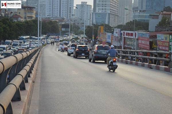 Có được vượt xe khác khi đang đi trên cầu không? Mức phạt hành vi vượt xe không đúng quy định
